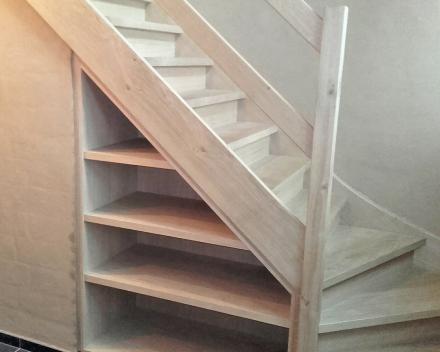 Benut de ruimte onder uw houten trap met afgewerkte houten schappen in dezelfde kwalitatieve stijl