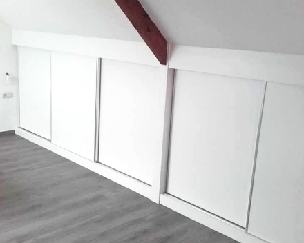 Benut uw zolder optimaal met maximale ruimte door stijlvolle witte inbouwkasten