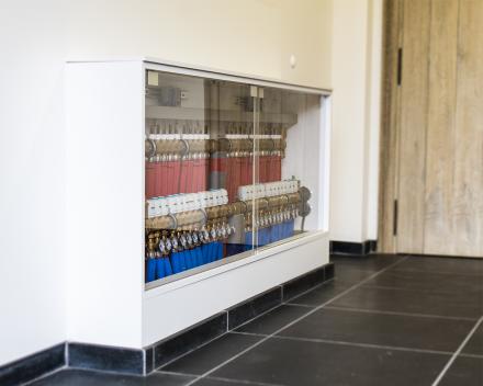 De technische ruimte van uw woning netjes verwerkt in ingebouwde houten kasten