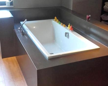 Een badkamer met parketvloer straalt klasse en rust uit