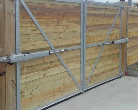 Een degelijke houten poort in 2 delen met automatische pomp geplaatst door Stefaan Desmet