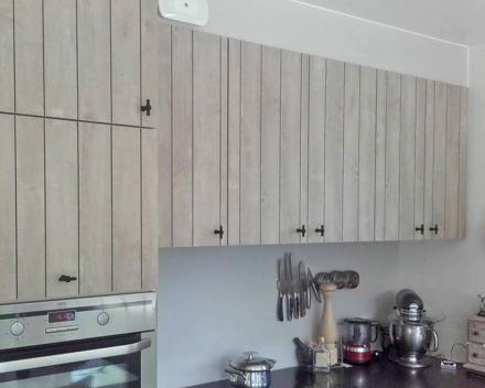 Een keuken in hout met landelijk karakter. Zeer fijn en nauwkeurig timmer- en maatwerk