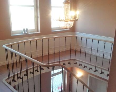 Een rustieke villa met marmeren trap afgewerkt met sierlijke trapleuning door Stefaan Desmet