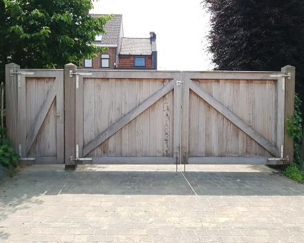 Een stevige houten poort in 2 delen met passende houten zijdeur gemaakt door Stefaan Desmet