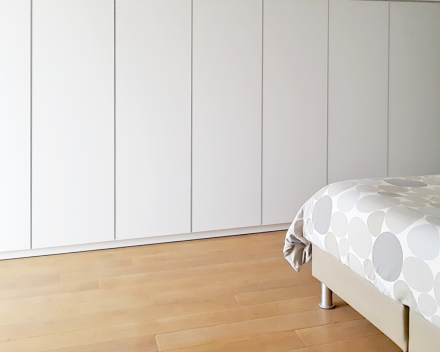 Uw slaapkamer met een volledige wand ingemaakte kasten zorgt voor rust en ruimte